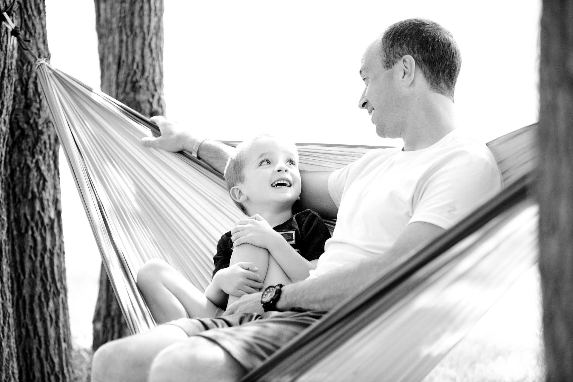 笑顔で見つめあう父と子