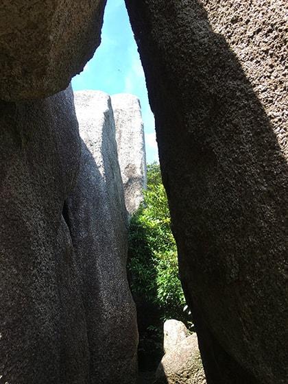 岩の間の通り道