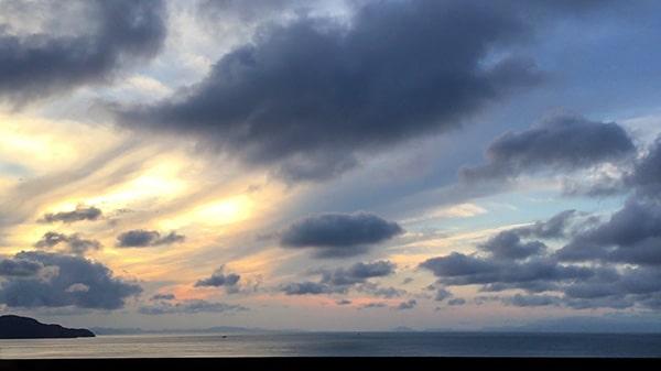 鳳凰の尾羽のような美しい空