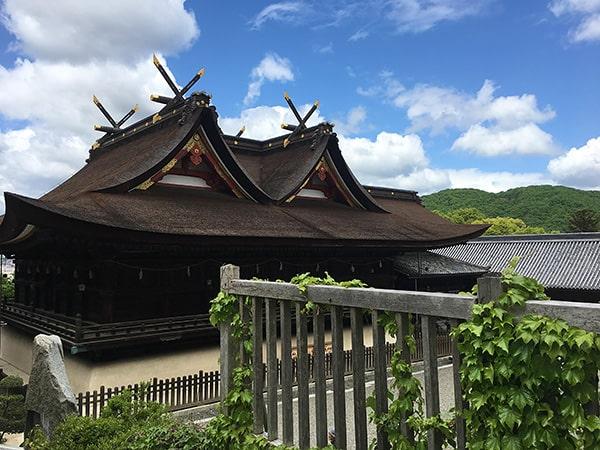 吉備津神社の千木が美しい社殿