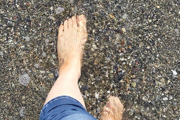 海に足をつける