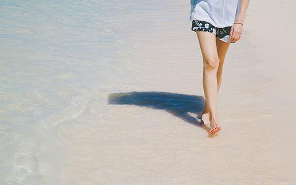 砂浜を歩くアーシング