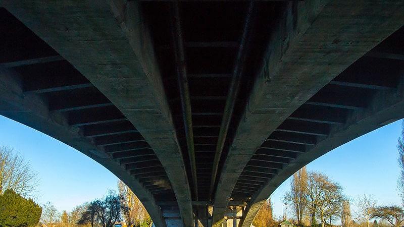 クルーズ船から見る橋の裏側