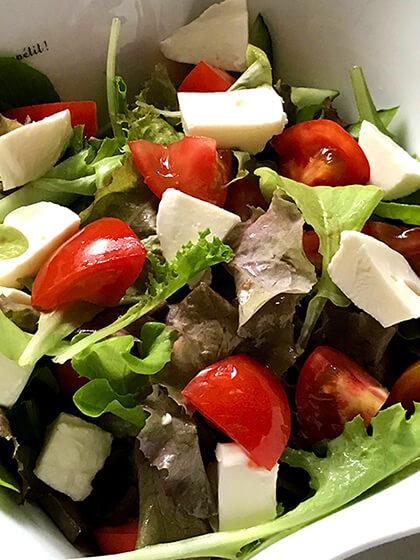 プランター菜園のレタスをサラダに